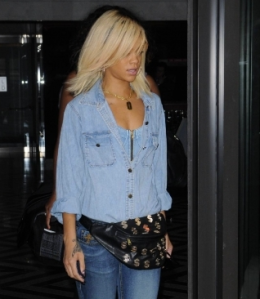 credit http://www.celebuzz.com/photos/rihanna-sports-fanny-pack-in-nyc/